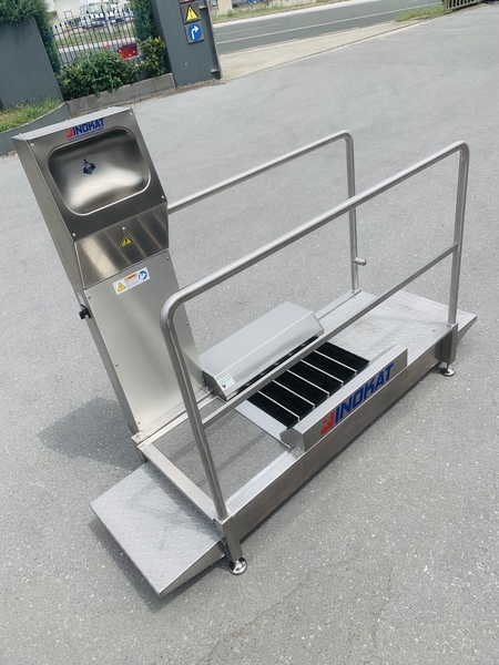 FOOTWEAR CLEANING UNIT WITH HAND AND FOOTWEAR SOLE DISINFECTION SYSTEM